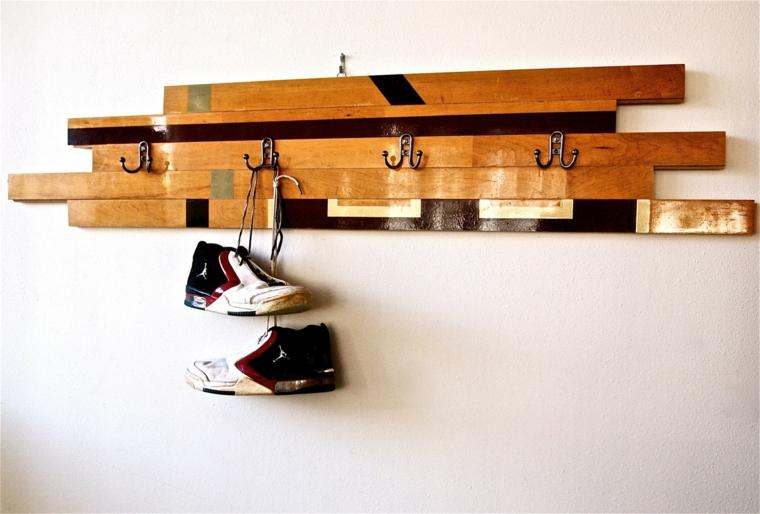 originale e utile idea fai da te realizzata con il pallet per appendere abiti e scarpe
