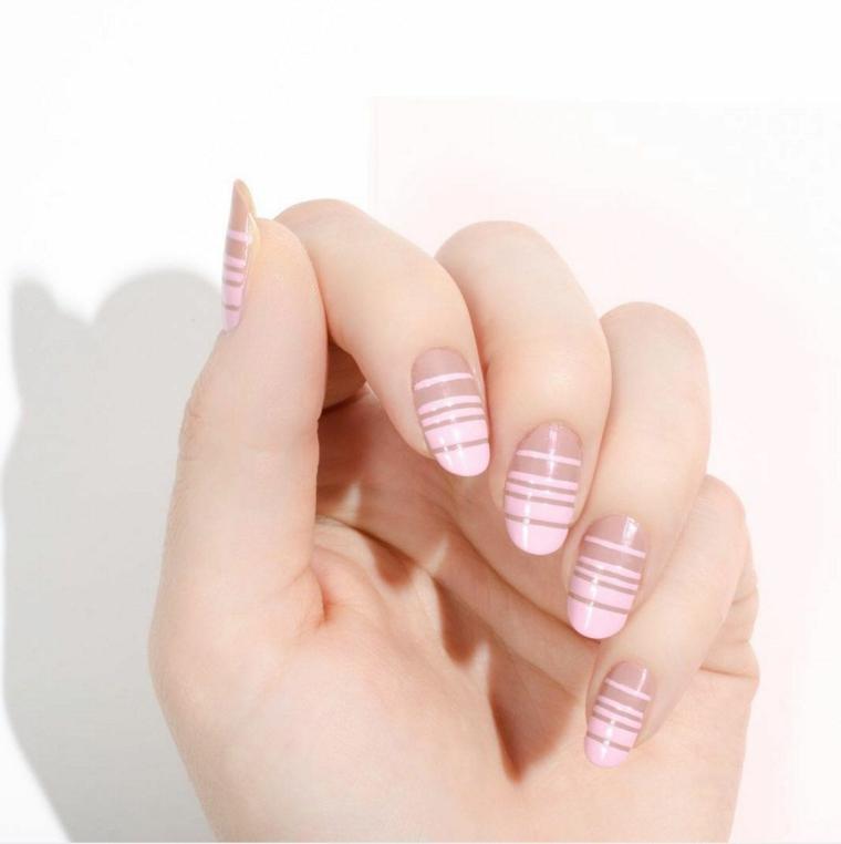 creativa manicure realizzata con base di smalto color carne e delle decorazioni a strisce più chiare