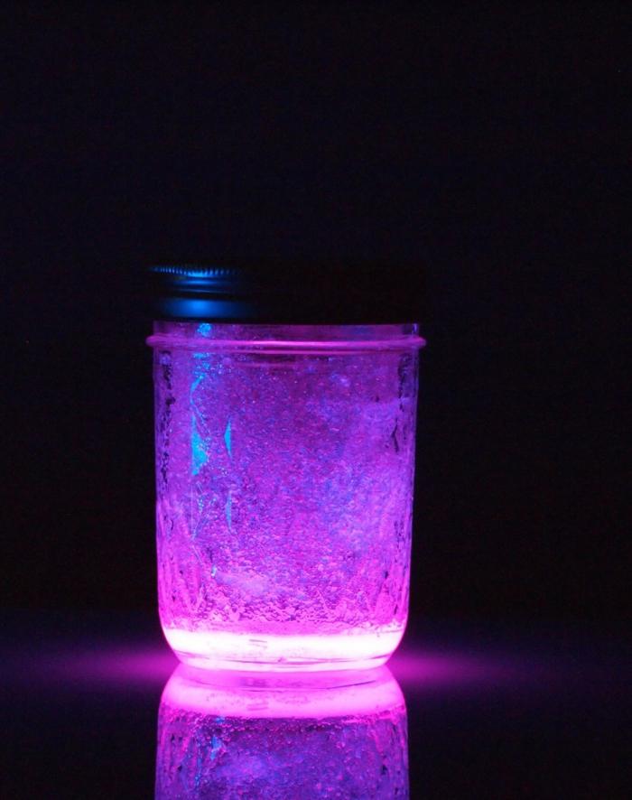 idee regalo creazioni fai da te una candela realizzata riciclando i vasetti di vetro