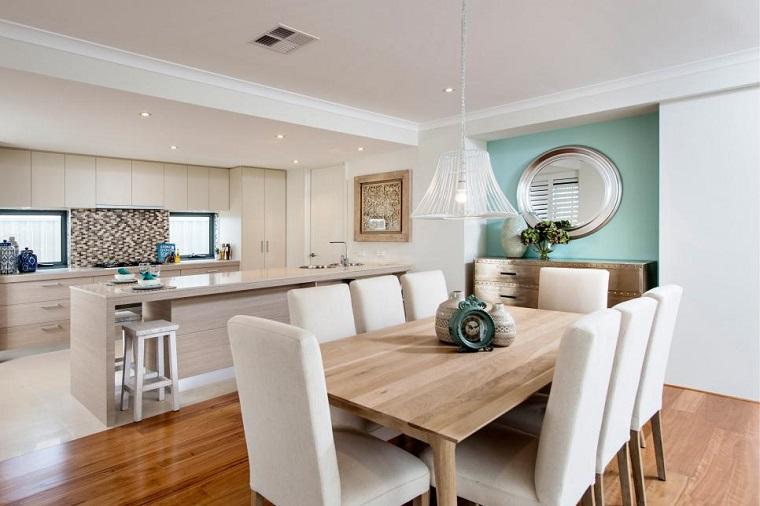 Cucina stile moderno con mobili in legno colore chiaro, tavolo da pranzo con otto posti