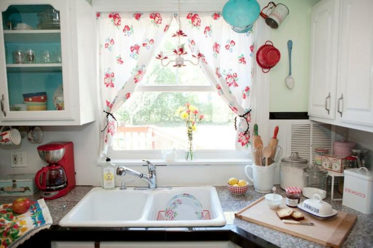 piccola cucina shabby chic provenzale con doppio lavello e mobili bianchi