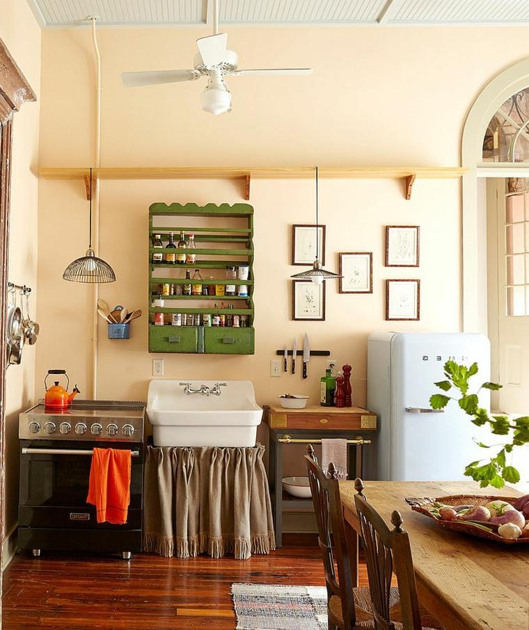 cucina arredata con elementi shabby: credenza verde, frigorifero vintage, tavolo in legno