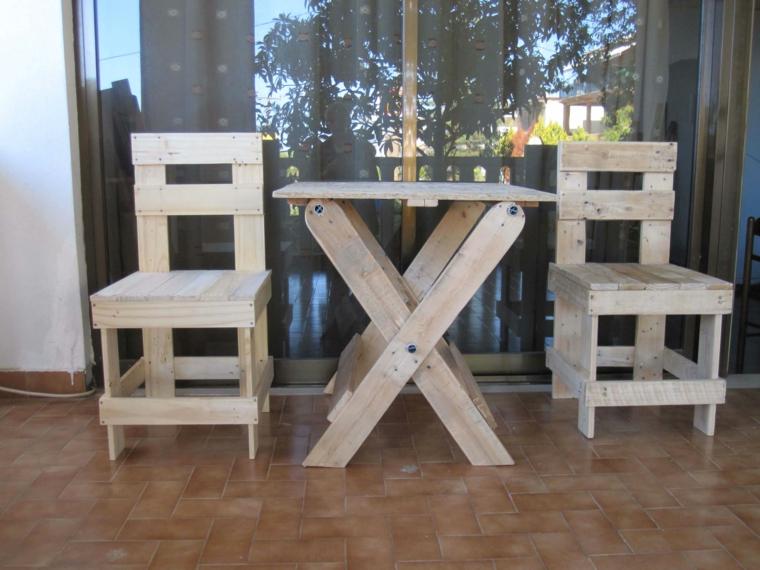 set da esterno composto da un tavolo e due sedie: idee pallet creative