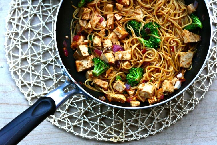 noddle conditi con del tofu tagliato a cubetti, broccoli e cavolo rosso