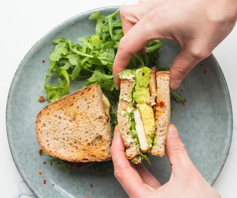 esempio di ricette con tofu, un panino sano e sfizioso con tofu e insalata
