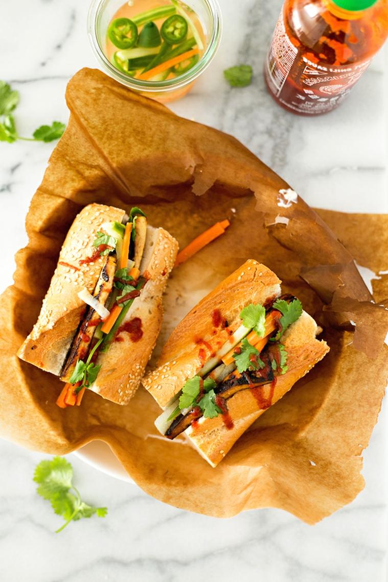 idea per ricette veloci vegetariane, dei panini con tofu saltato in padella e verdure