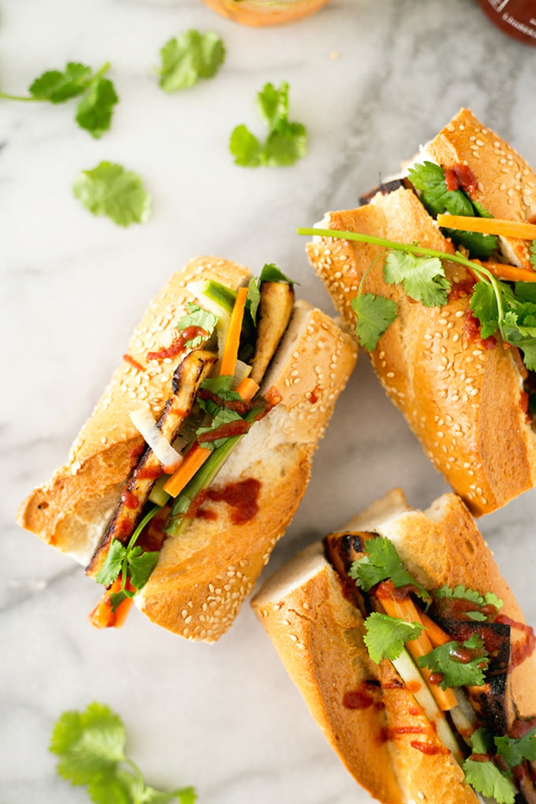 idea per tofu ricette giallo zafferano, un panino con sesamo con tofu, caroto e zucchine