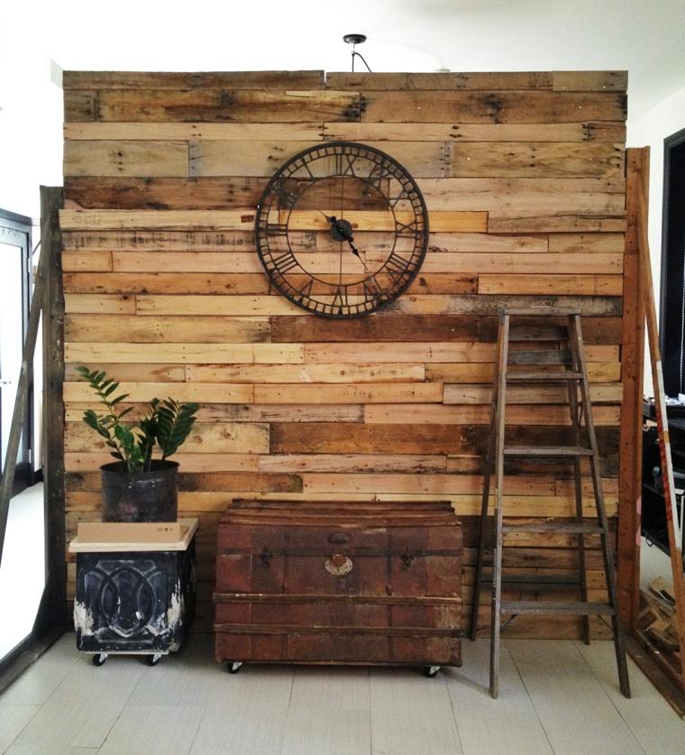 parete ricoperta con delle assi di legno dei bancali, un grande orologio al centro