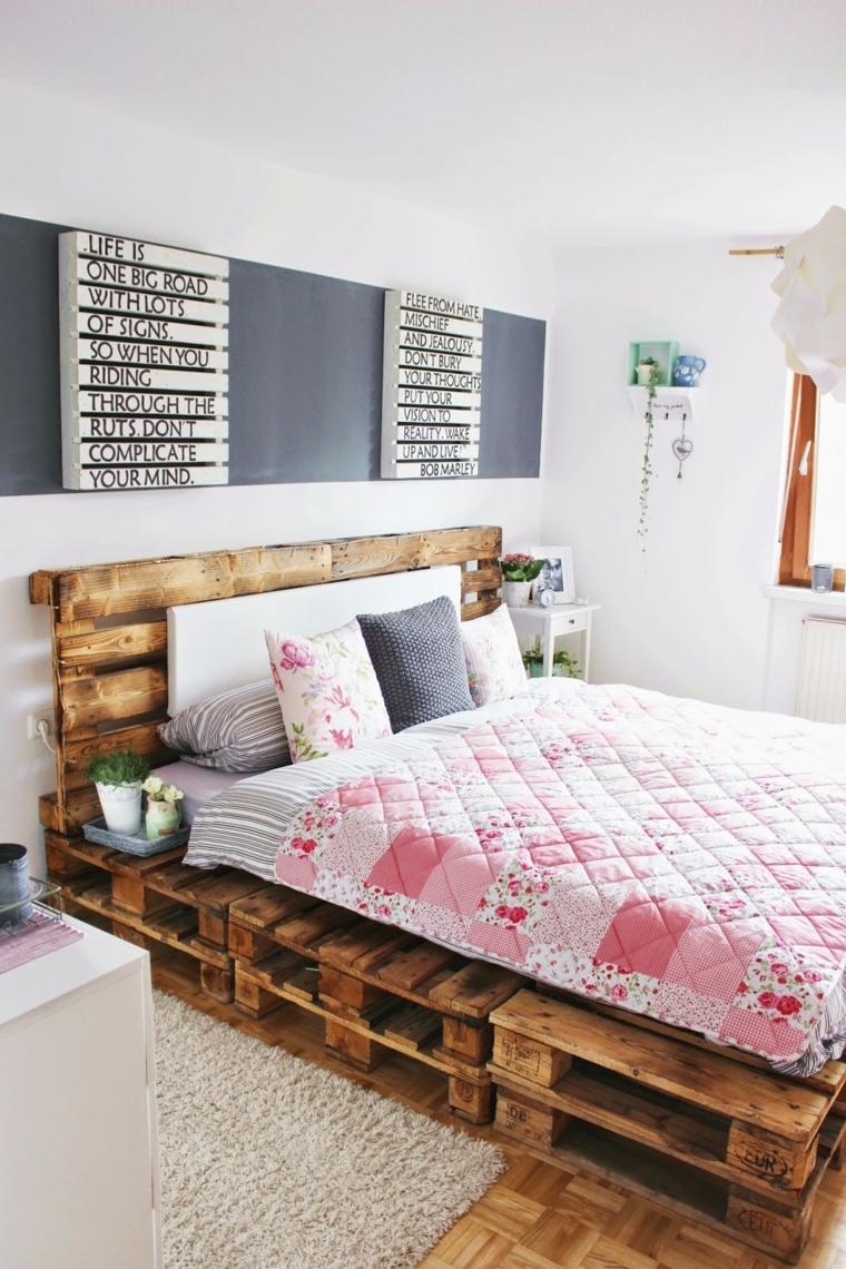 cameretta arredata con un letto realizzato con i bancali, parete decorata con delle scritte