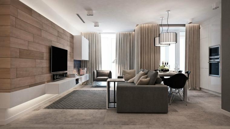 Pareti rivestite di legno, tv appesa alla parete, divano di colore grigio, pavimento in laminato