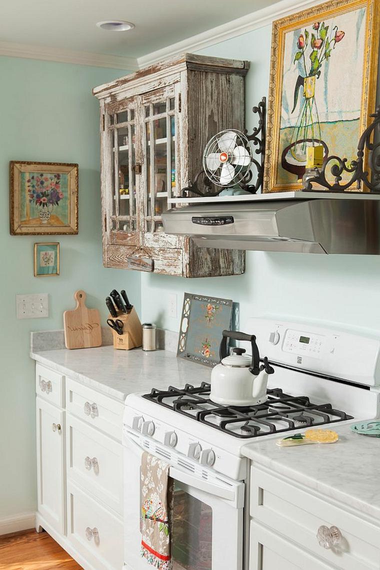 idee per arredare una piccola cucina shabby: pareti azzurre carta da zucchero, credenza anticata e quadri