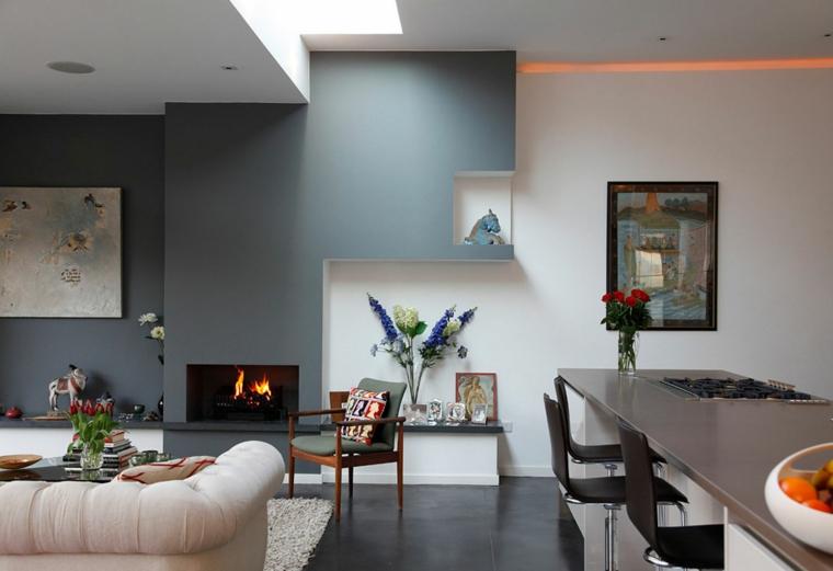 proposta per arredare salotto e sala da pranzo insieme con isola e sgabelli, camino e pareti bianche e grigio-blu