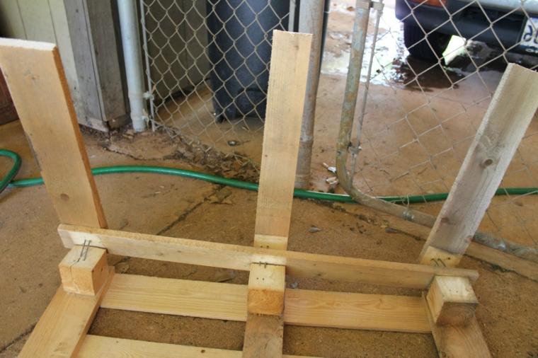 fase della realizzazione dell'arredamento con bancali fai da te per l'outdoor