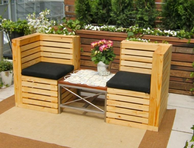 esterno con dei mobili pallet fai da te composti da due sedute e un tavolo