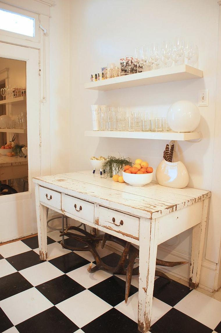 mobile bianco dall'aspetto anticato e mensole con bicchieri, idea di stile shabby chic cucina