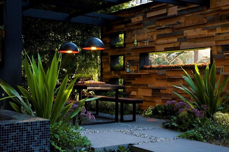 Piccoli giardini, parete in legno e pergola, pavimento in cemento e ghiaia, piante sempreverdi di tipo tropicale