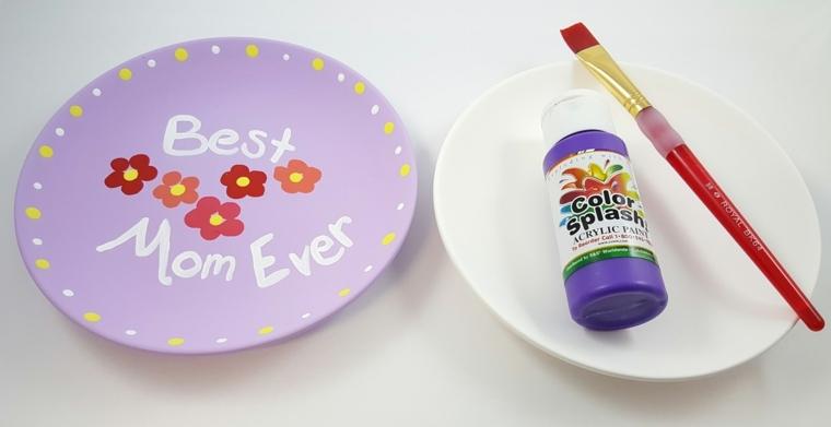 idea per dei disegni per la festa della mamma, dei fiori su dei piatti in ceramica