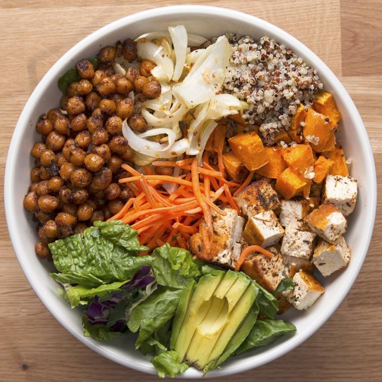 ricetta sana e gustosa con avocado, quinoa e bulgur, tofu a cubetti e verdura