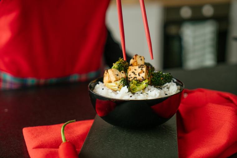 Ciotola con riso bianco e broccoli, come cucinare il tofu con sesamo