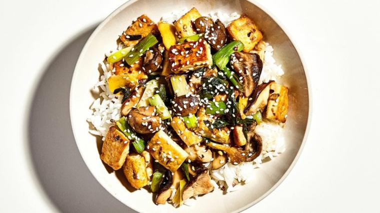 ricetta sana ed equilibrata a base di tofu dorato in padella, verdure e riso basmati