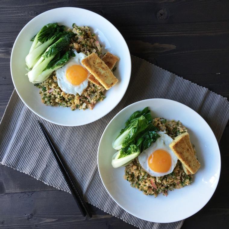 uova cucinate all'occhio di bue con fette di tofu, verdura e riso integrale
