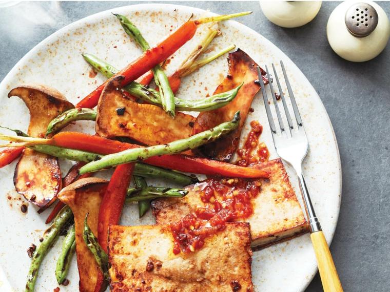 ricetta veloce da preparare con del tofu saltato in padella, fagioli e peperoni arrosto