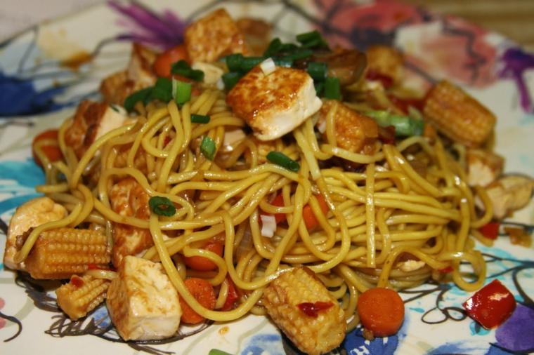ricetta tipica orientale, spaghetti di riso, pannocchie, verdure e tofu a cubetti