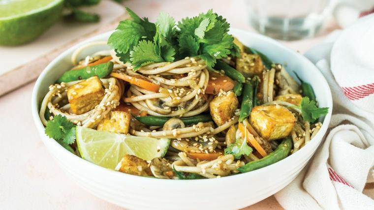 noodle servizi con dei cubetti di saia in salsa saporita con coriandolo, lime e carote