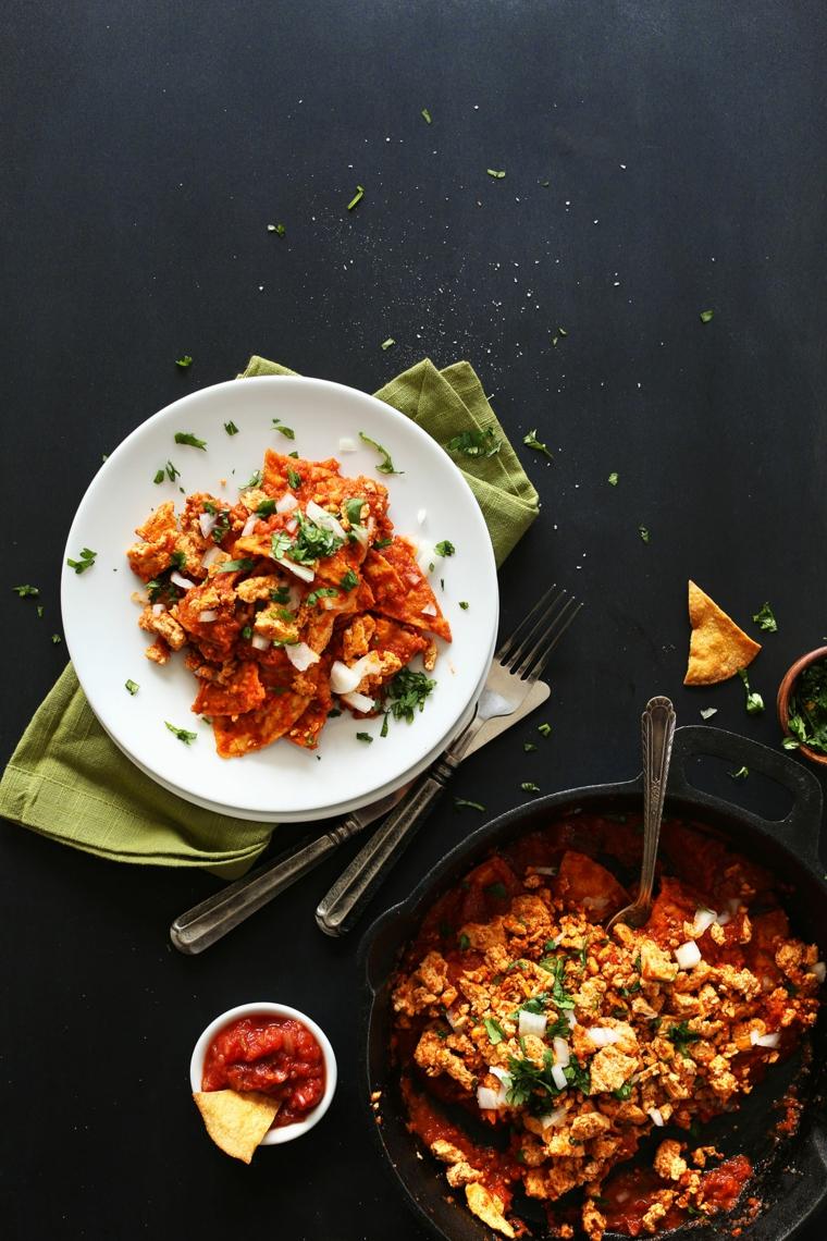 ricetta vegana senza glutine con formaggio molle in panetti, salsa piccante e chilaquiles al forno