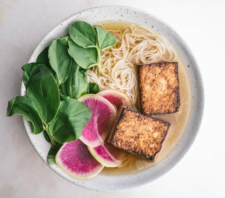 idea per tofu affumicato ricette con del noodle e foglie di spinaci freschi
