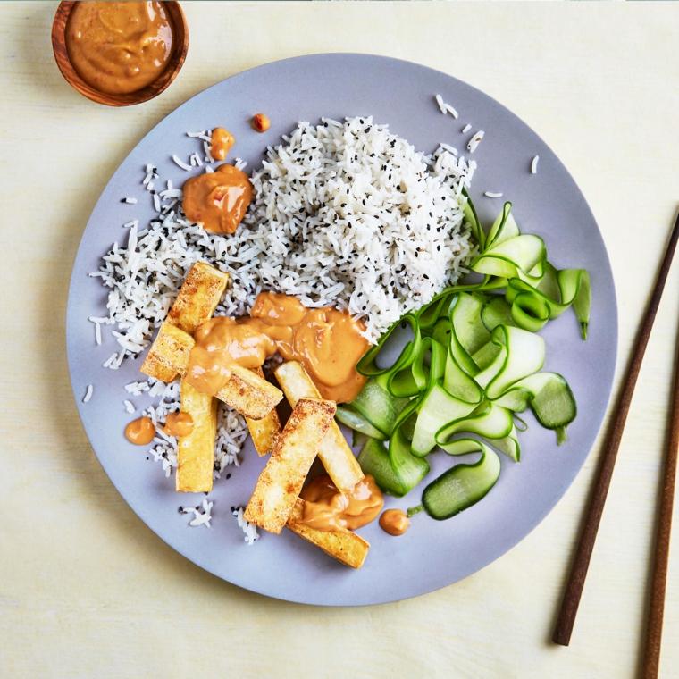 gustoso piatto in stile etnico, ricette veloci vegetariane con tofu, riso e zucchine