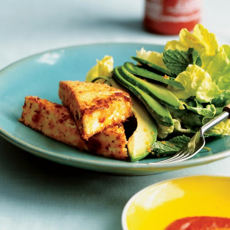 ricetta sana e gustosa, tofu ricette con avocado a fette e insalata verde