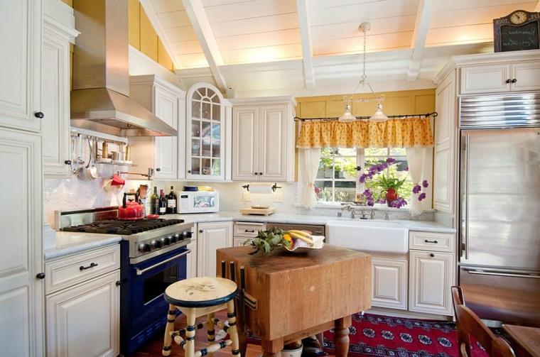 idea per arredare in stile shabby chic cucina con dei mobili bianchi e un piccolo tavolo in legno al centro