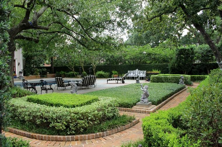 Idee giardino fai da te, arredamento con mobili in ferro battuto e una piscina