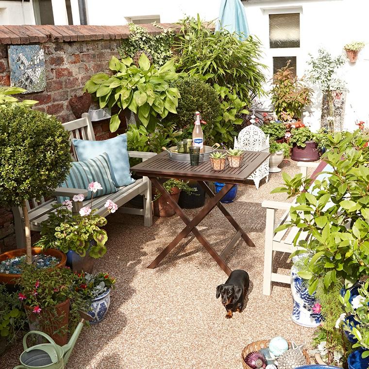 Idee per abbellire il giardino, arredare con mobili in legno da esterno e decorare con tante piante