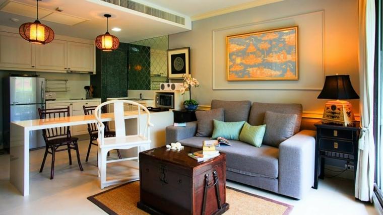 open space di dimensioni ridotte con divano grigio, tavolo da pranzo rettangolare e lampadari in stile orientale