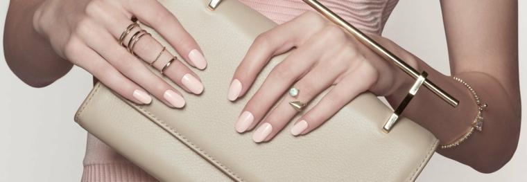 nail art di moda elegante e adatta a tutte le occasioni, anelli a fede su tutto il dito medio