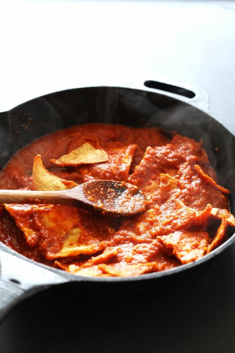 fase delle ricette veloci vegetariane, i chilaquiles in pentola con la salsa al pomodoro piccante