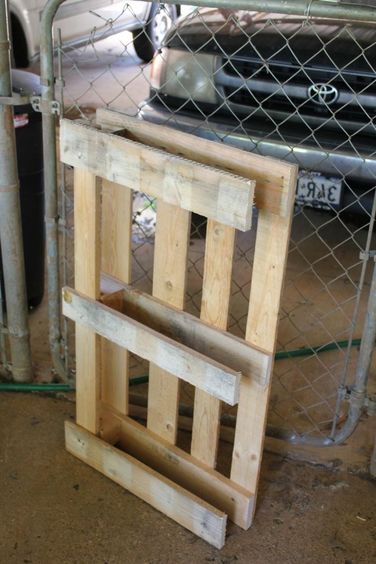 immagine di un bancale in verticale, materiale per realizzare dei divani con bancali