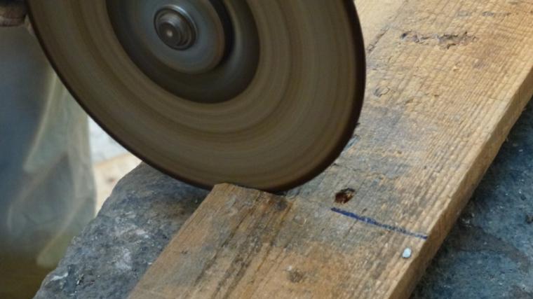 focus sul taglio di un'asse di legno per creare un arredamento con bancali fai da te