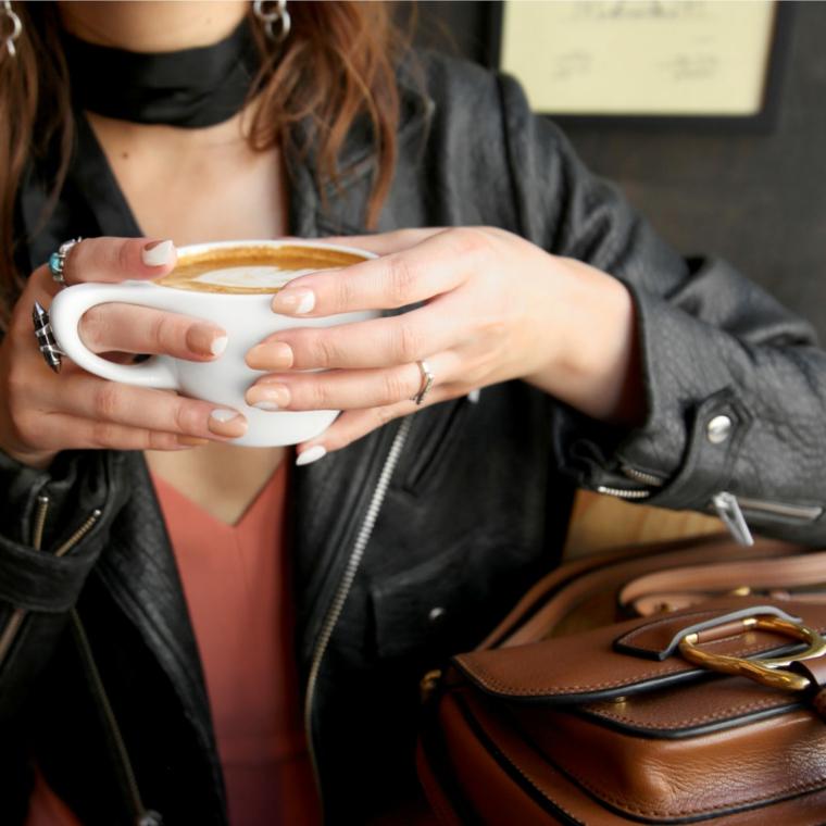 primo piano di una nail art naturale ispirata ai colori del cappuccino facile da fare fai da te