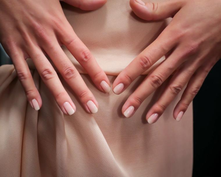 elegante e chic manicure con unghie color carne di media lunghezza in tinta con l'abito