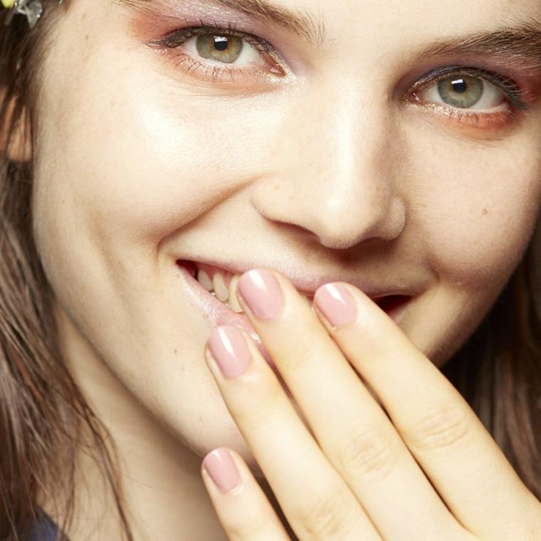 occhi verdi truccati con un ombretto lilla e unghie chiare in linea con il trend di stagione