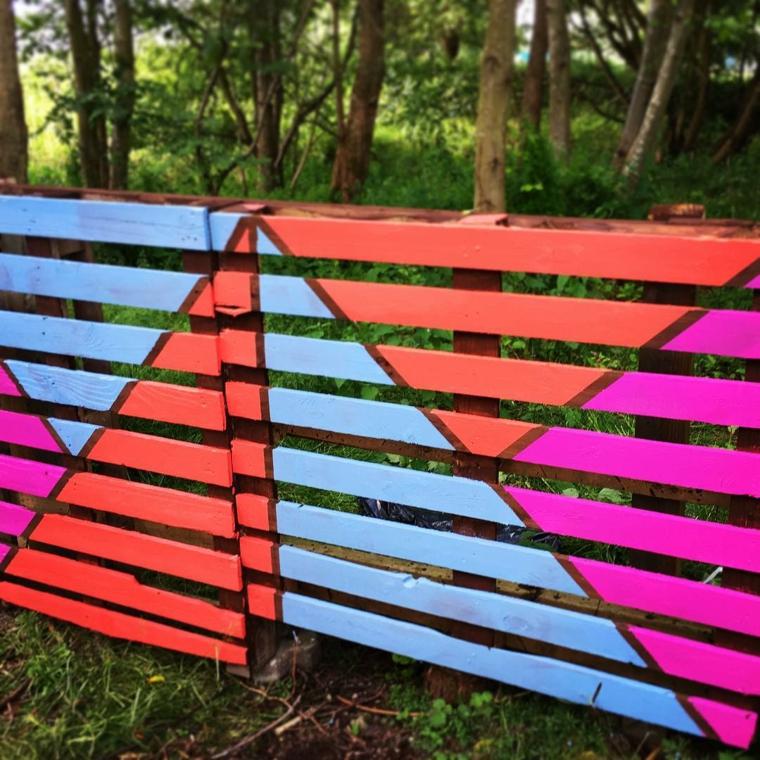 idea per realizzare una recinzione del giardino con delle assi colorate ricavate dal pallet