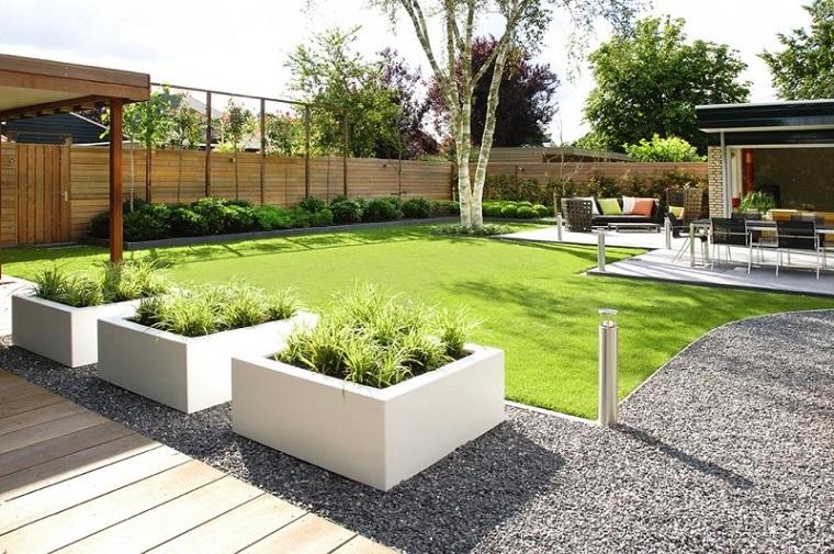 Idee giardino fai da te, prato verde e camminamento con ghiaia, recinzione con legno