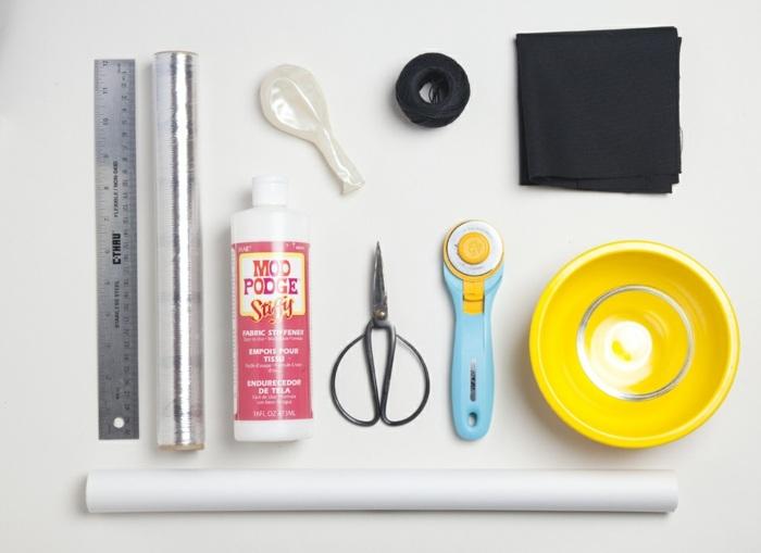 materiale da utilizzare per realizzare degli oggetti fai da te semplici: una riga, delle forbici, una ciotola, del filo nero