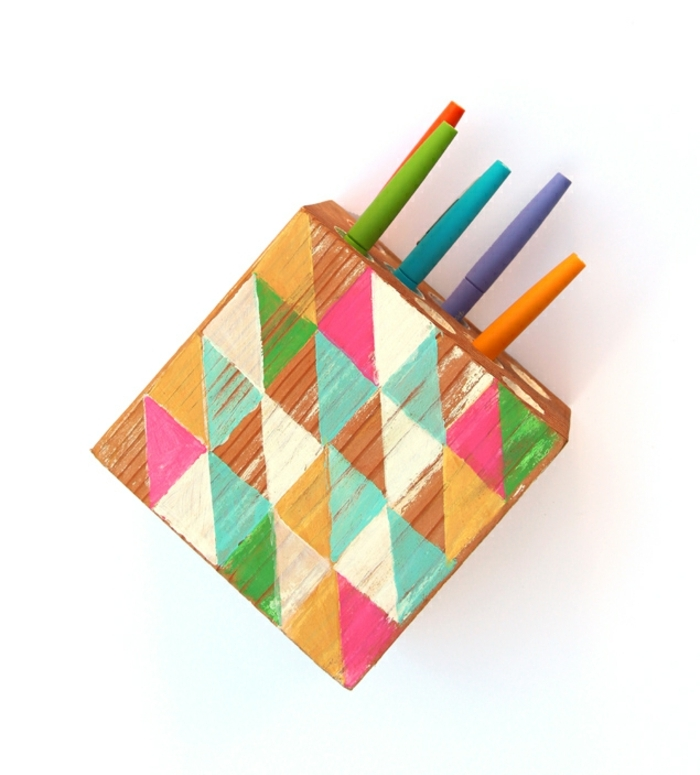 esempio di creazioni fai da te semplici e originali, una scatola di legno colorata porta penne