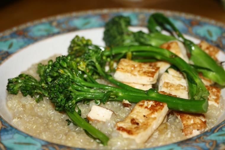 piatto tipico cucina cinese realizzato con fette di tofu affumicato e broccoli