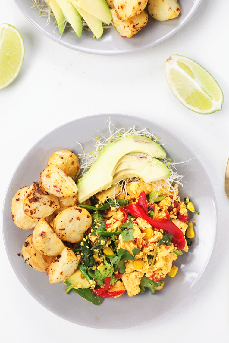 piatto vegano, idea per come preparare il tofu con patate, avocado, spinaci, peperoncino, spezie e germogli di soia