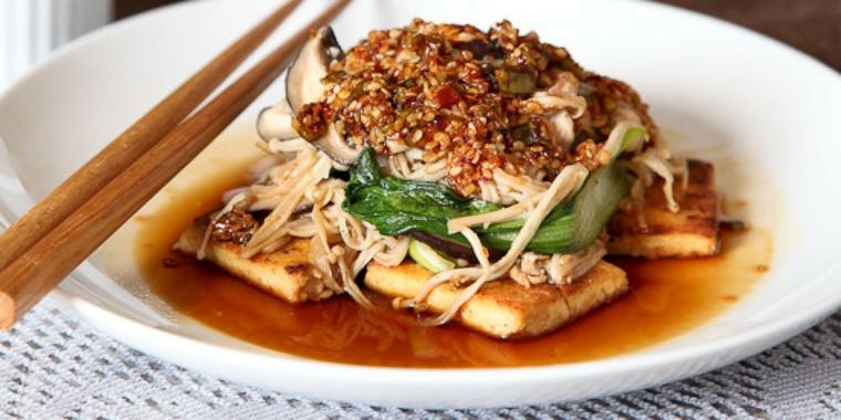 piatto tipico della cucina orientale a base di tofu, funghi e verdura saltata in padella